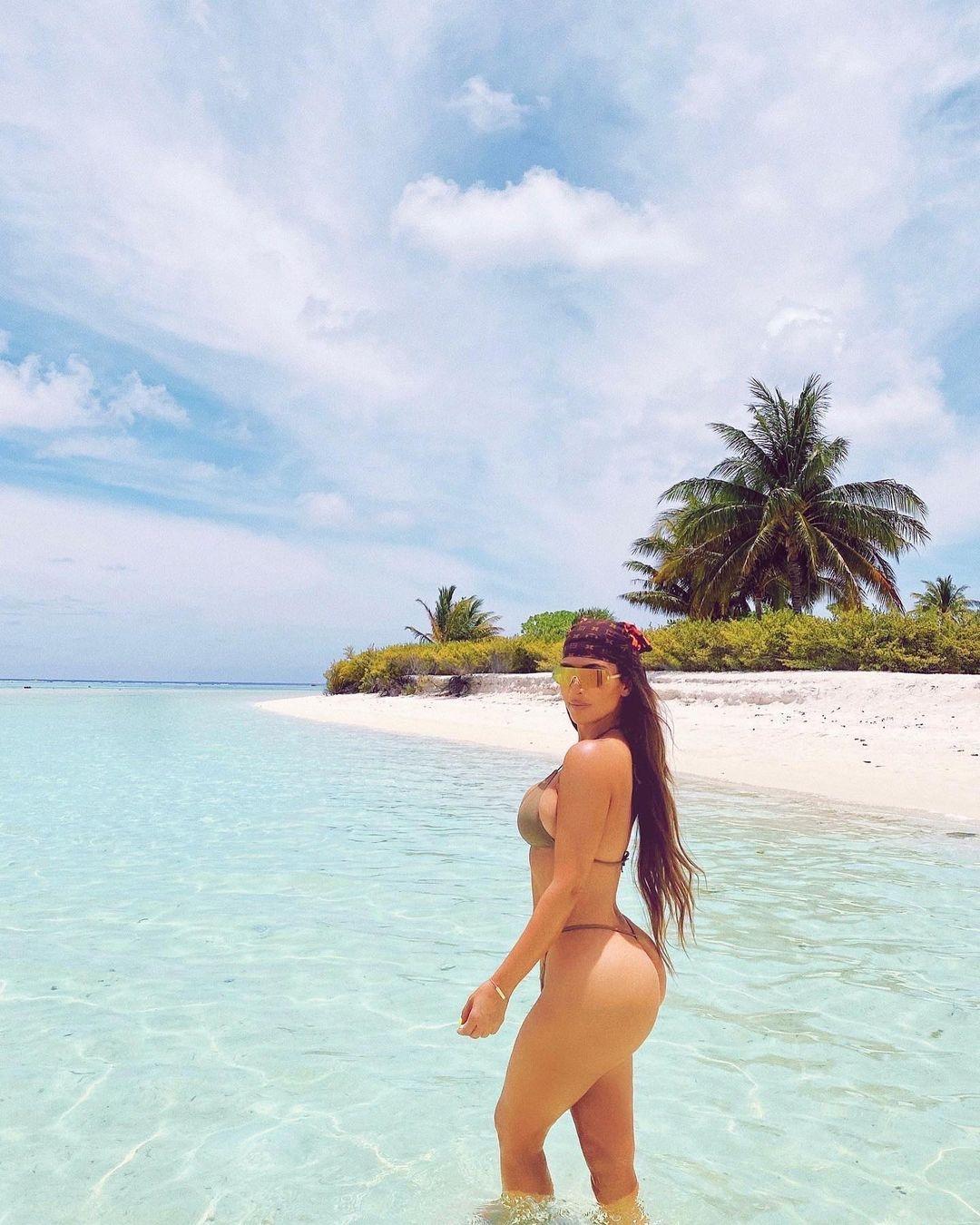Слишком горячо: Ким Кардашьян показала соблазнительные фото в купальнике - фото №4