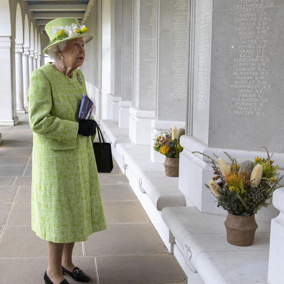 В салатовом пальто и шляпке с цветами: новый выход королевы Елизаветы II (ФОТО) - фото №1