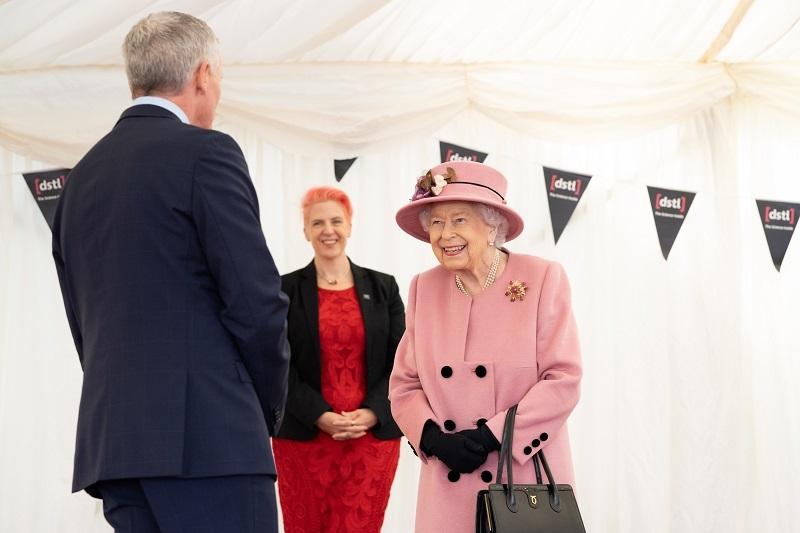 Королева Елизавета II впервые за 7 месяцев появилась на публике (ФОТО) - фото №2