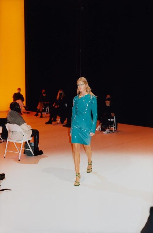 Безрукавки, вязанные вещи и конфетные оттенки: будущие тренды 2021 года в новой коллекции Bottega Veneta (ФОТО) - фото №3