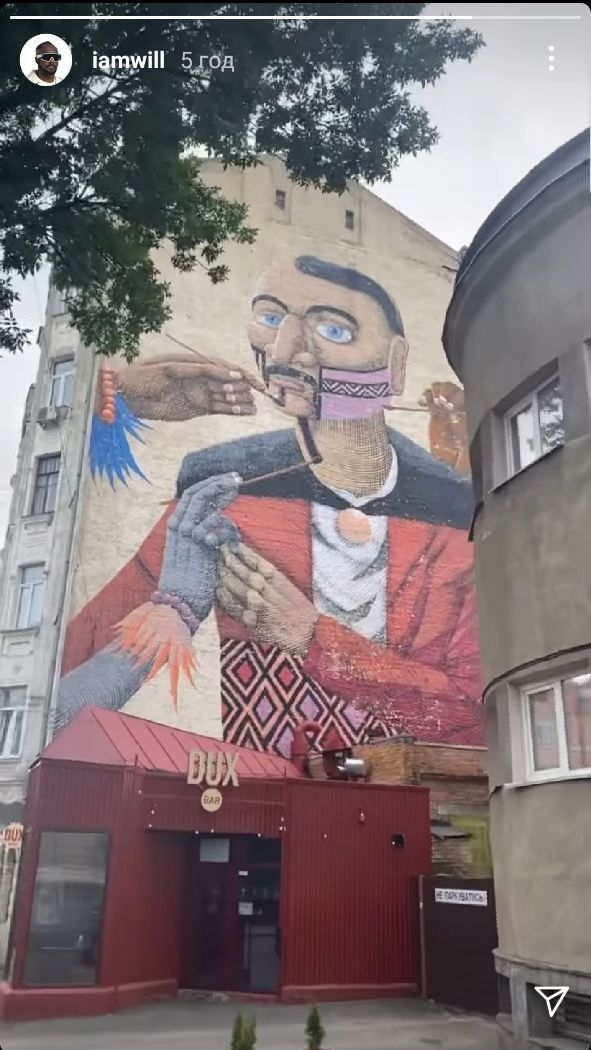 Участник группы The Black Eyed Peas прогулялся по улицам Киева - фото №2