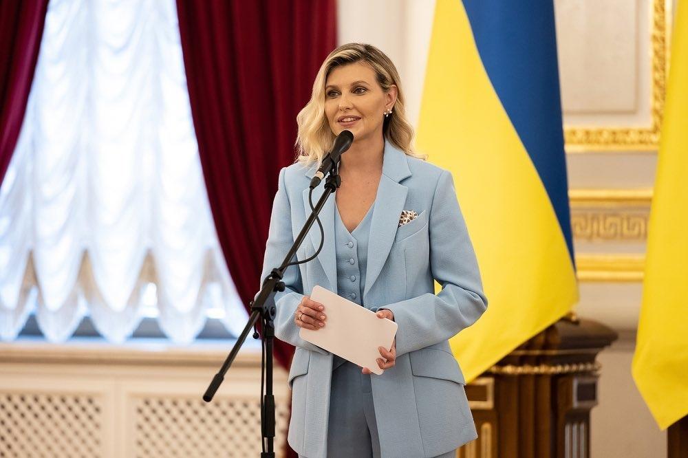 Образ дня: Елена Зеленская появилась на публике в стильном костюме-тройке (ФОТО) - фото №3