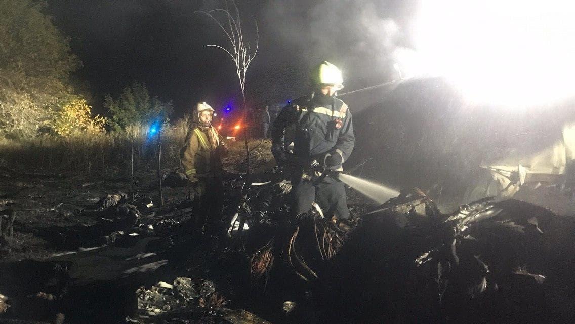 спасатели тушат пожар самолета, который упал в Харьковской области вблизи Чугуева