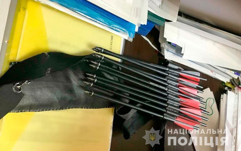 В полтавской школе 19-летняя девушка устроила стрельбу из арбалета: есть раненые - фото №3