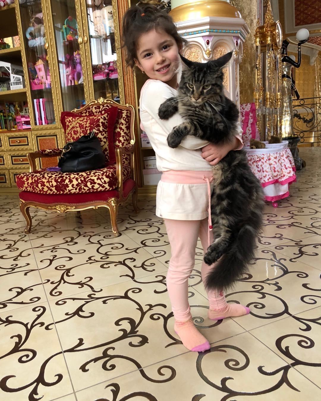 Дочь Камалии с котом