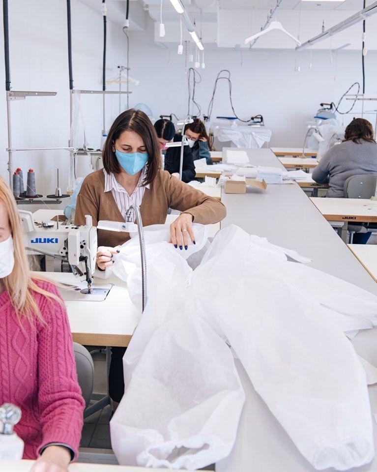 Всі.Свої объединились с Visa, чтобы шить защитные костюмы для медиков, которые сражаются с COVID-19 - фото №2