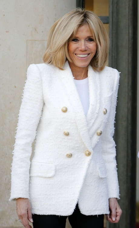 Икона стиля: лучшие образы первой леди Франции Брижит Макрон (ФОТО) - фото №8