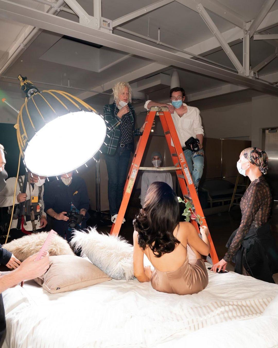 Сексуально и изысканно: бренд Ким Кардашьян Skims выпустил новую коллекцию одежды для дома и сна - фото №4
