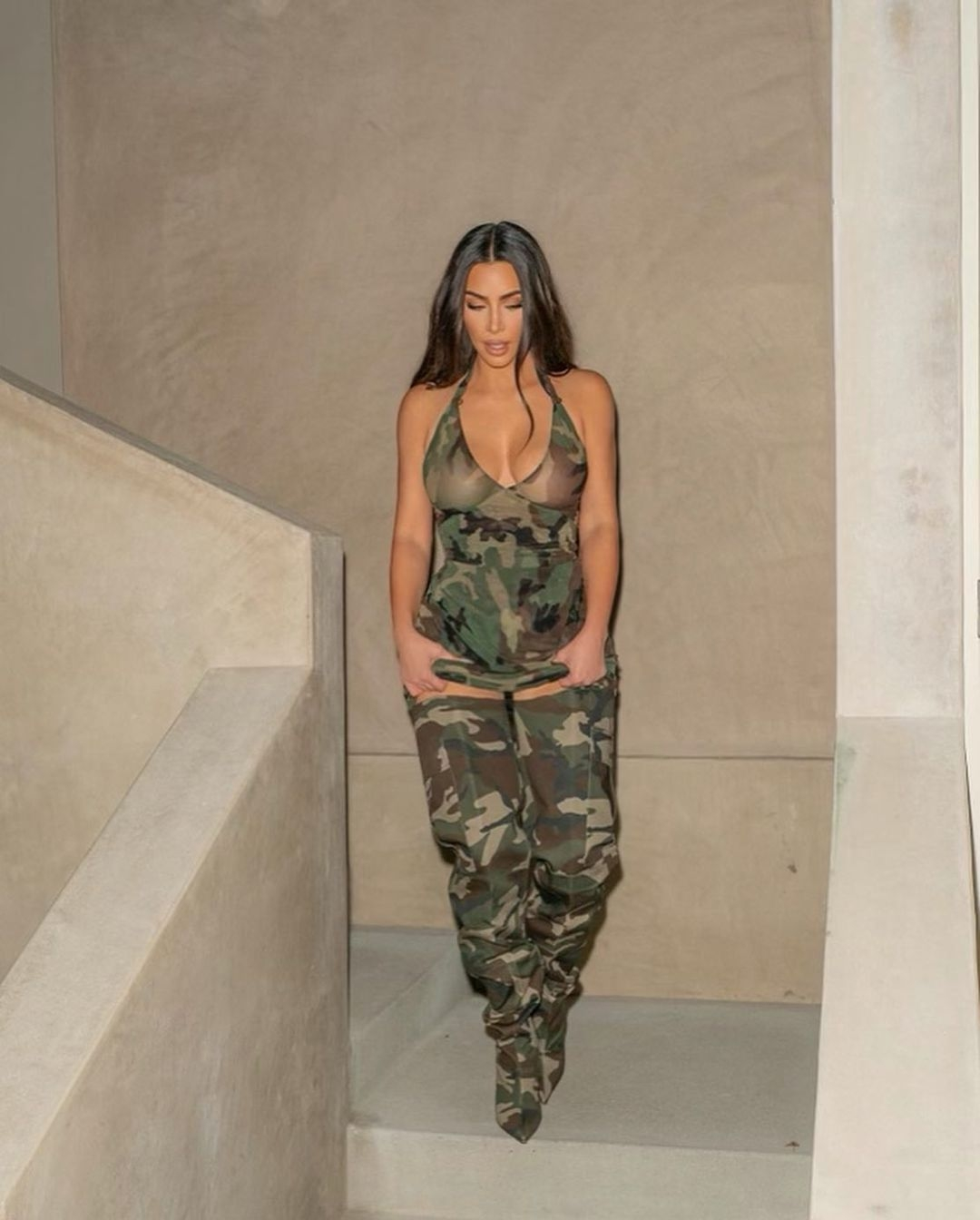 Образ дня: Ким Кардашьян в соблазнительном мини-платье с камуфляжным принтом (ФОТО) - фото №3