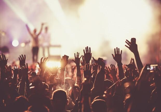Эксперимент: ученые соберут 4000 людей на концерт, чтобы узнать, как предается COVID-19 - фото №2