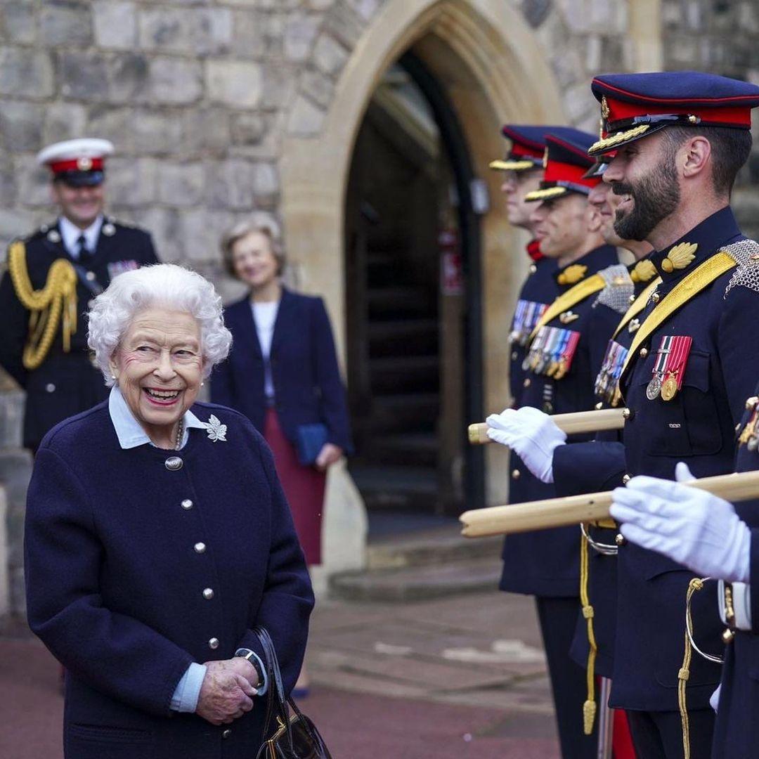 Королева Елизавета II вышла в свет и показала уютный осенний образ (ФОТО) - фото №1