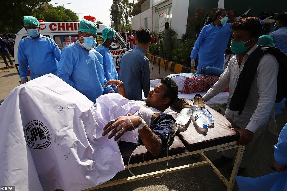 Рухнул на жилые дома: в Пакистане разбился пассажирский самолет А320 (ВИДЕО+ФОТО) - фото №1