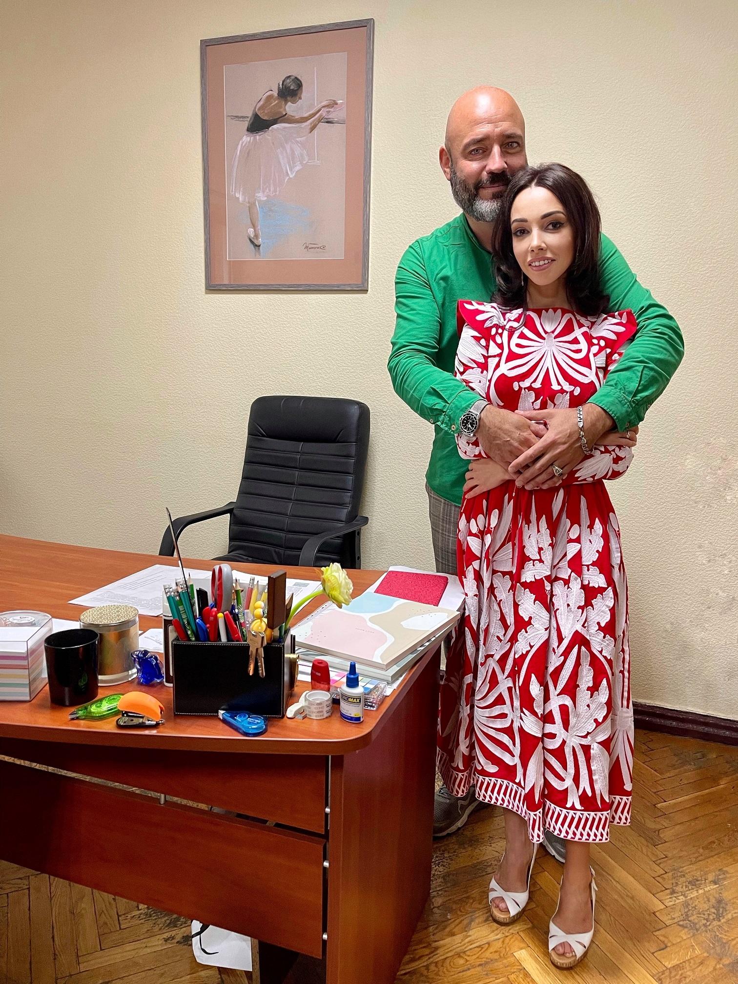В червоній сукні з орнаментами: як Катерина Кухар провела 1 Вересня (ФОТО) - фото №4
