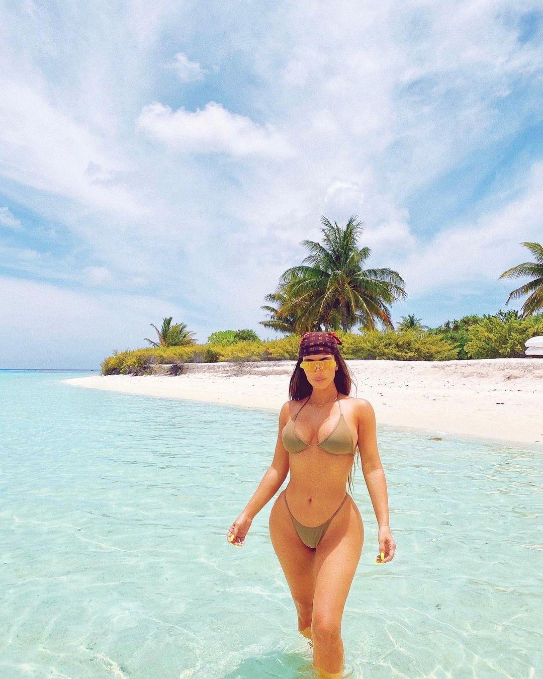 Слишком горячо: Ким Кардашьян показала соблазнительные фото в купальнике - фото №3