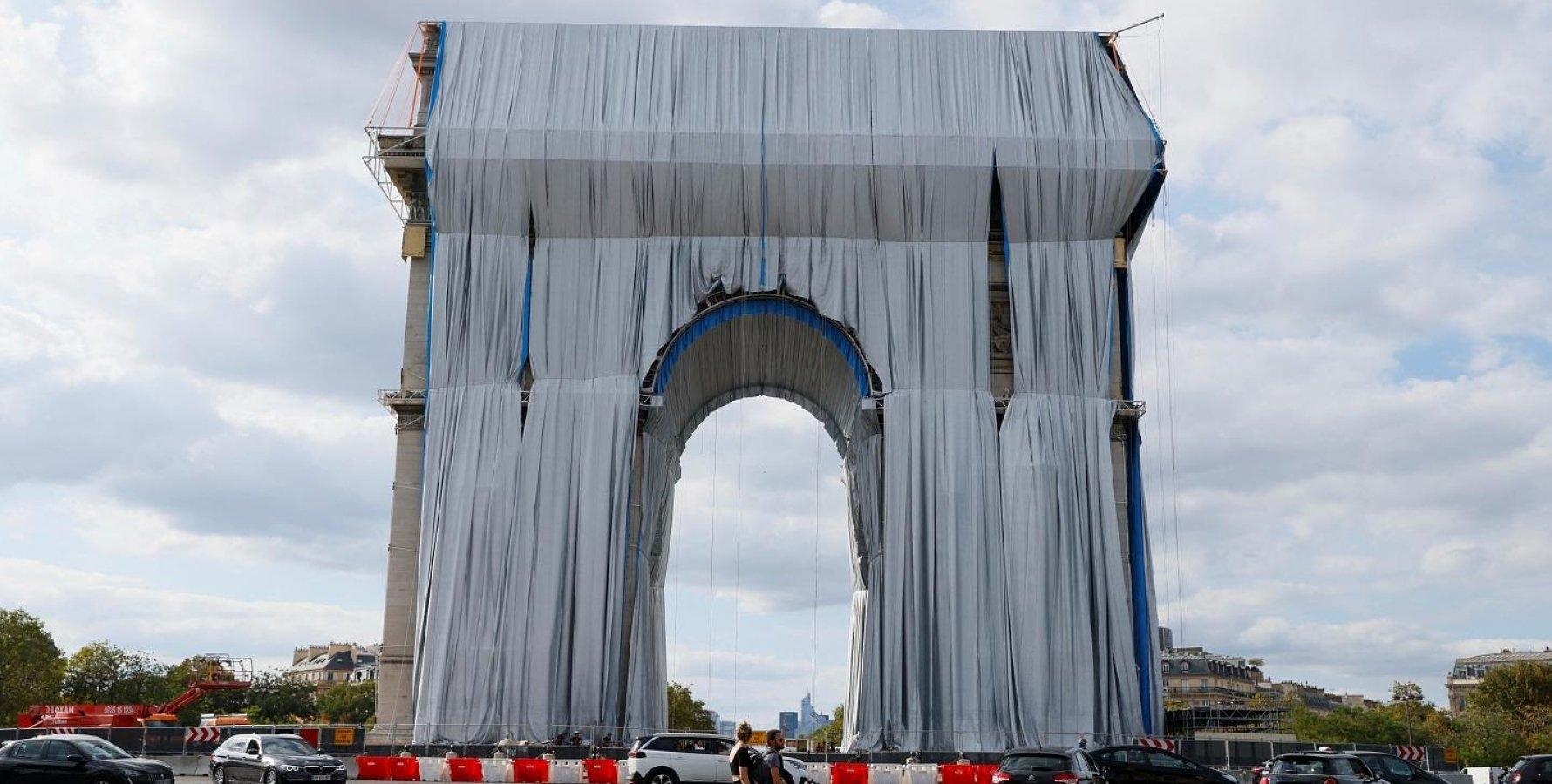 Исполняют последнюю волю художника Христо: Триумфальную арку в Париже обтягивают тканью (ФОТО) - фото №2