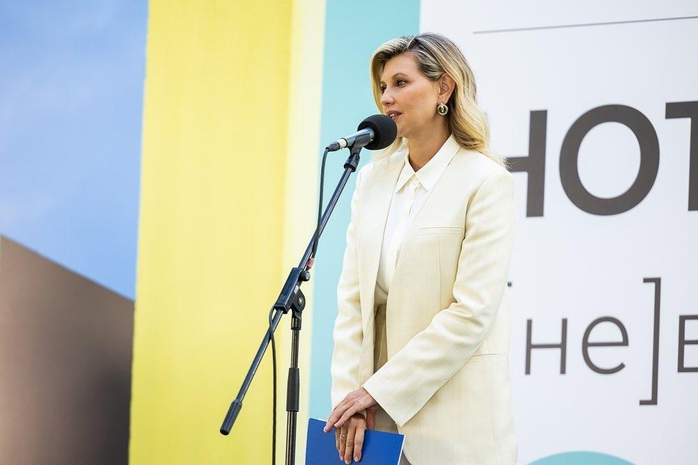 Образ дня: Елена Зеленская вышла в свет в модном лимонном костюме (ФОТО) - фото №1