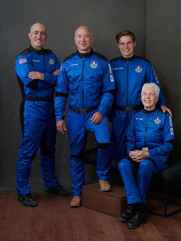 Миллиардер Джефф Безос впервые слетал в космос: смотрите, как это было (ФОТО+ВИДЕО) - фото №4