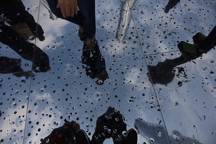 """""""Зеркальное поле"""": в Бабьем Яру открыли мемориал с аудиовизуальной инсталляцией в честь жертв расстрелов - фото №5"""