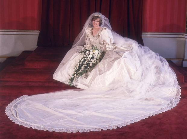 """600 часов работы и 100 метров кружева. Как шили свадебное платье принцессы Дианы для 4 сезона сериала """"Корона"""" - фото №1"""