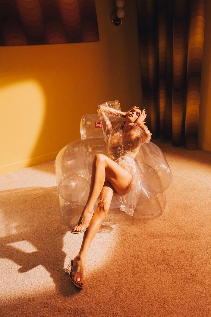 "Ода женской красоте и сексуальности: Вера Брежнева представила клип на песню ""Sestra"" (ВИДЕО) - фото №2"