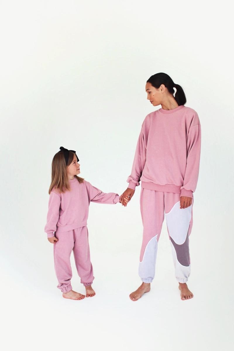 Спортивные костюмы в стиле пэчворк и футболки с предсказаниями: TATMAN представили новую линию комфортной одежды - фото №3
