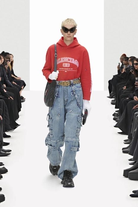 Цветочные платья, траурные костюмы и эстетика 90-х: Balenciaga выпустили новую коллекцию (ФОТО) - фото №4