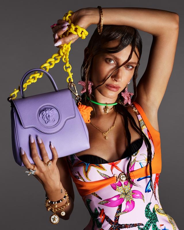 Морские богини: Кендалл Дженнер и Хейли Бибер снялись в рекламной кампании Versace (ФОТО) - фото №2