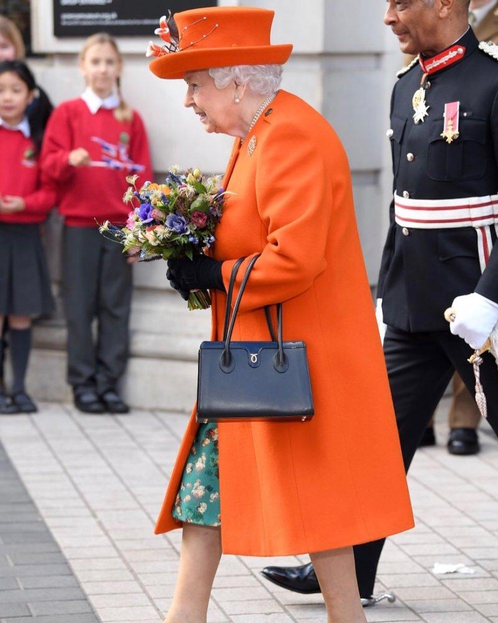 """Сайт любимых сумок Елизаветы II не выдержал ажиотажа после выхода """"Короны"""" и вышел из строя - фото №1"""