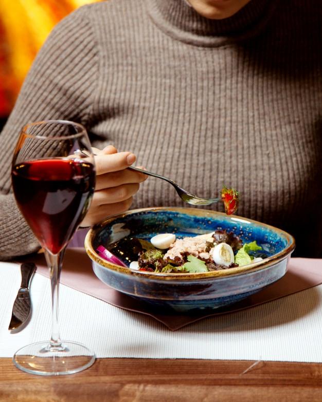 красное вино за ужином