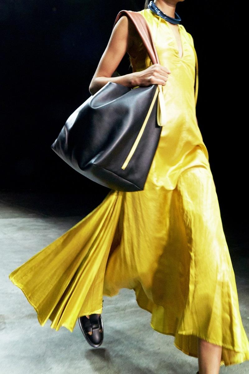 Шелковые платья, золото и много кожи: Jil Sander выпустили новую коллекцию весна-лето 2021 (ФОТО) - фото №3