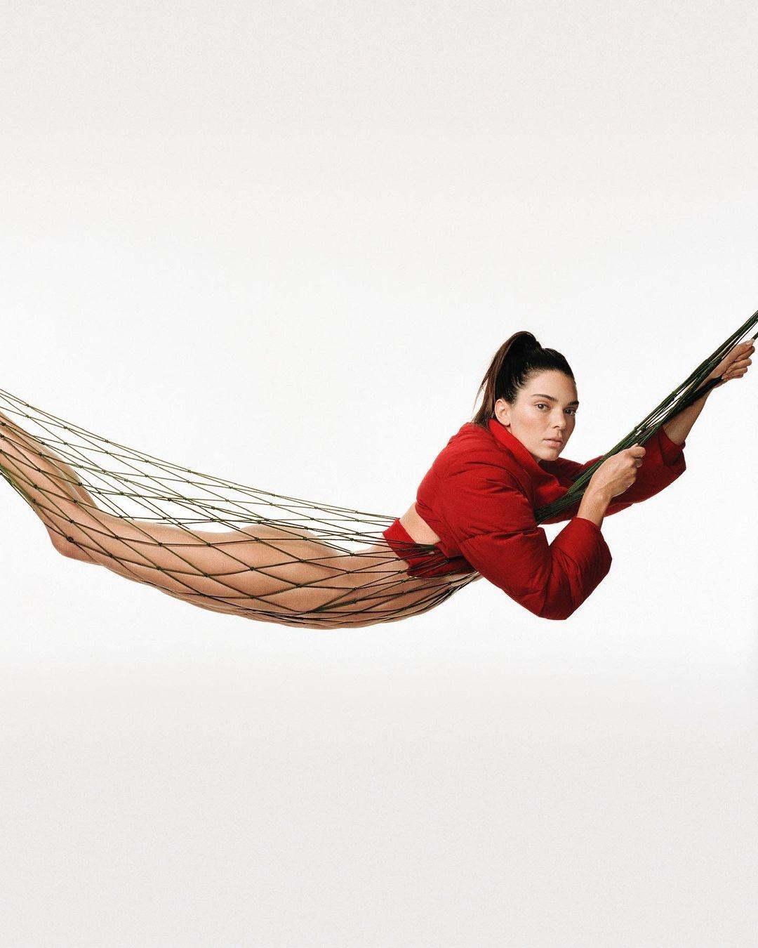 Без макияжа и фотошопа: Кендалл Дженнер снялась в новой кампании Jacquemus (ФОТО) - фото №1