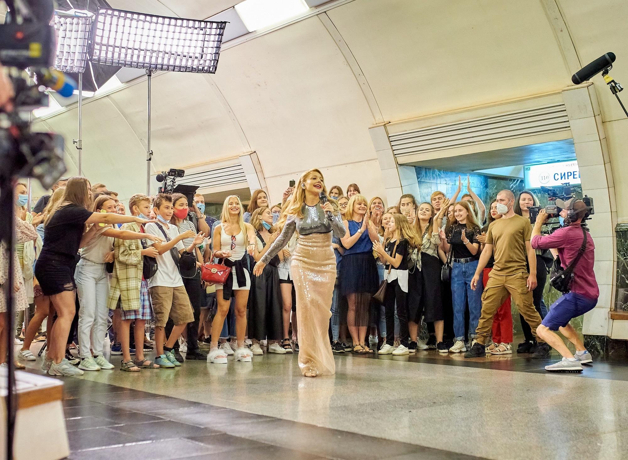 Тина Кароль в изысканном платье спустилась в киевское метро, чтобы спеть свои самые известные хиты (ФОТО) - фото №2