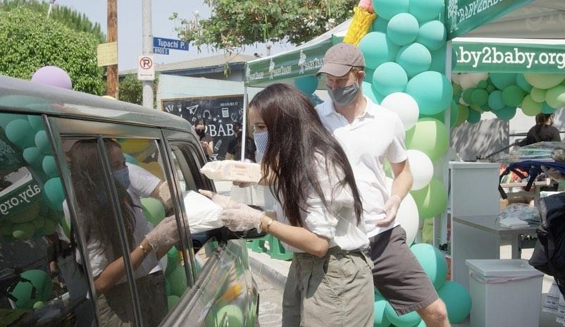 Меган Маркл и принц Гарри акция от Baby2Baby