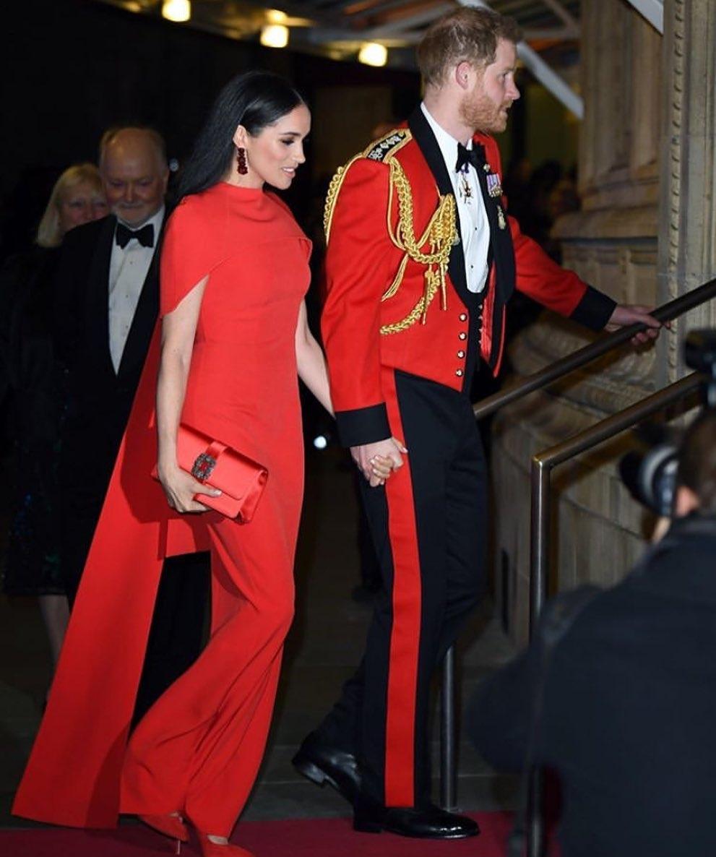 Роскошный выход Меган Маркл и принца Гарри: внук королевы появился в последний раз в качестве генерал-капитана Королевской морской пехоты (ФОТО) - фото №2