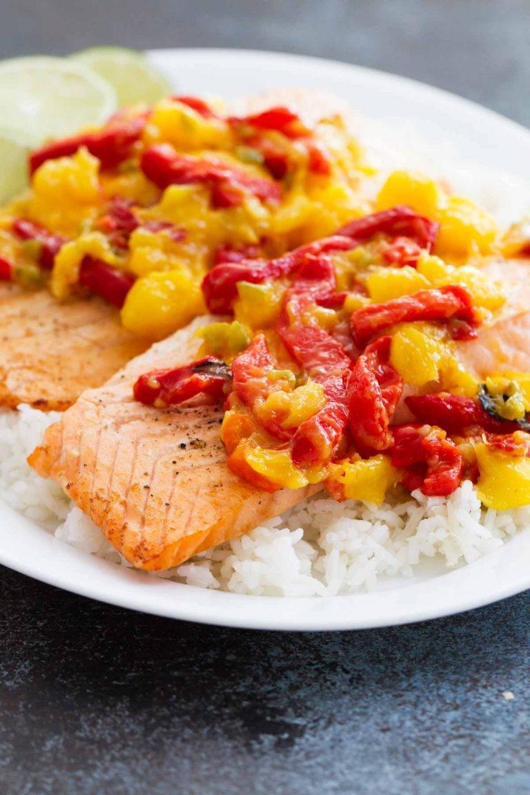Лосось с манго и запеченным красным перцем