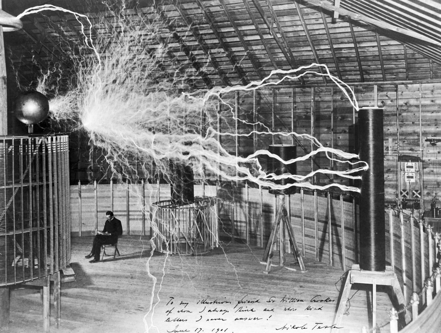 Никола Тесла в лаборатории