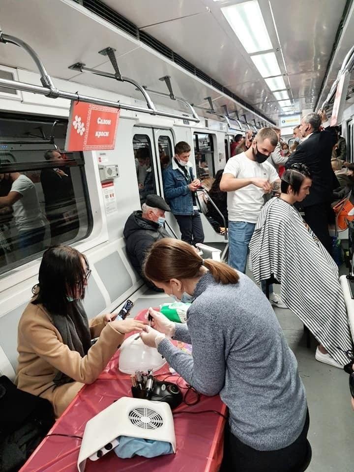 Маникюрный салон, базар и барбершоп: в киевском метро устроили акцию против нелегальной торговли (ФОТО) - фото №5