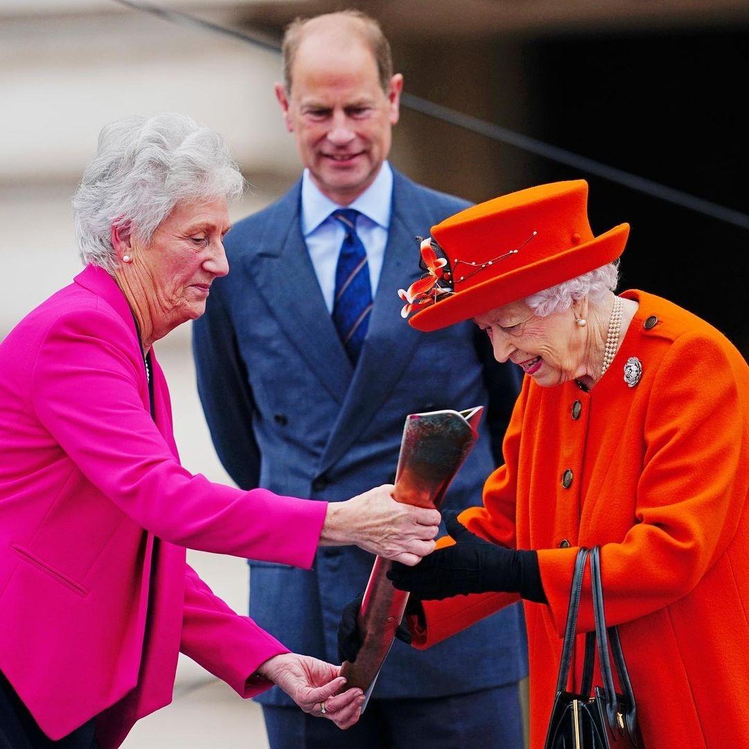 Королева Елизавета II покорила поклонников образом в ярком пальто (ФОТО) - фото №2