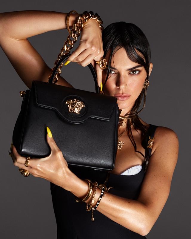 Морские богини: Кендалл Дженнер и Хейли Бибер снялись в рекламной кампании Versace (ФОТО) - фото №1