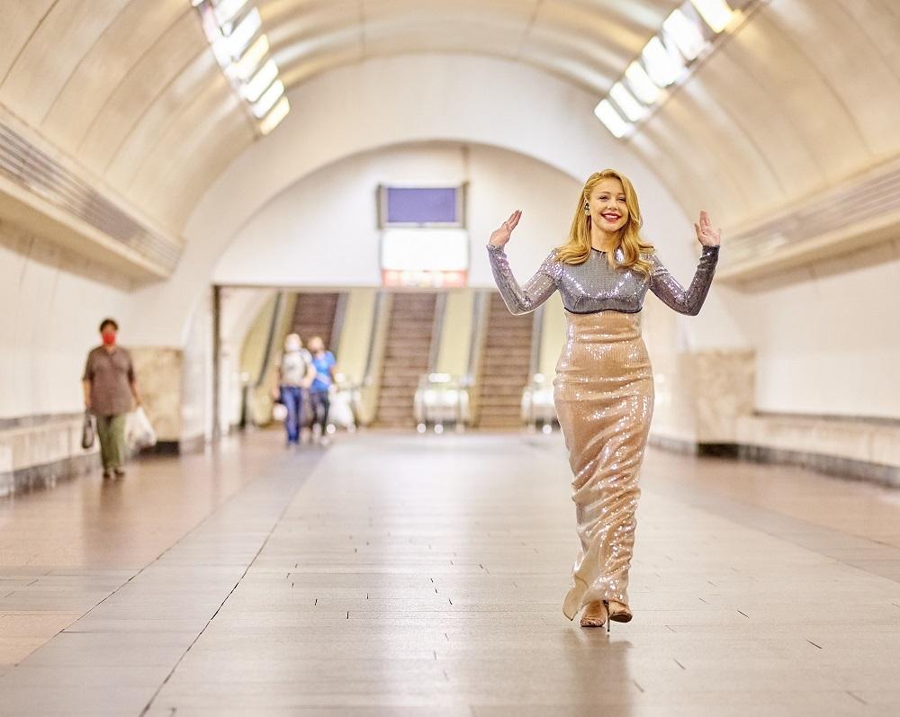 Тина Кароль в изысканном платье спустилась в киевское метро, чтобы спеть свои самые известные хиты (ФОТО) - фото №1