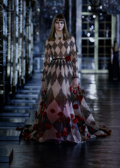Розы, зеркала и кружевные фартуки: обзор новой коллекции Dior (ФОТО) - фото №3