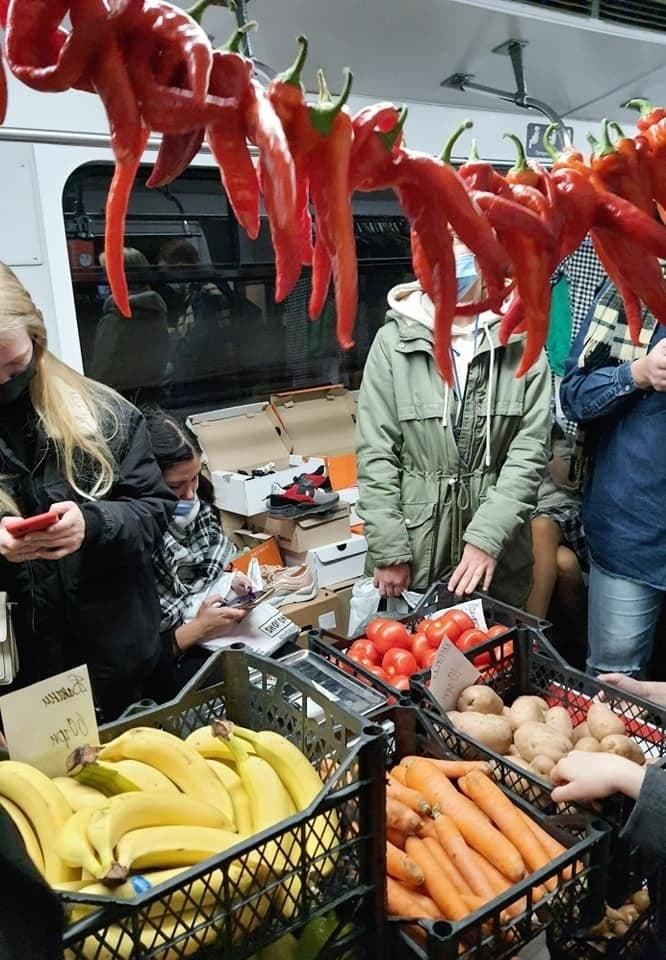 Маникюрный салон, базар и барбершоп: в киевском метро устроили акцию против нелегальной торговли (ФОТО) - фото №3