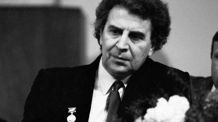 Микис Теодоракис умер