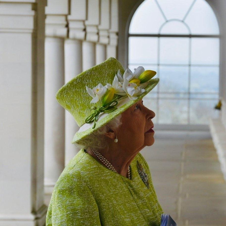 В салатовом пальто и шляпке с цветами: новый выход королевы Елизаветы II (ФОТО) - фото №3