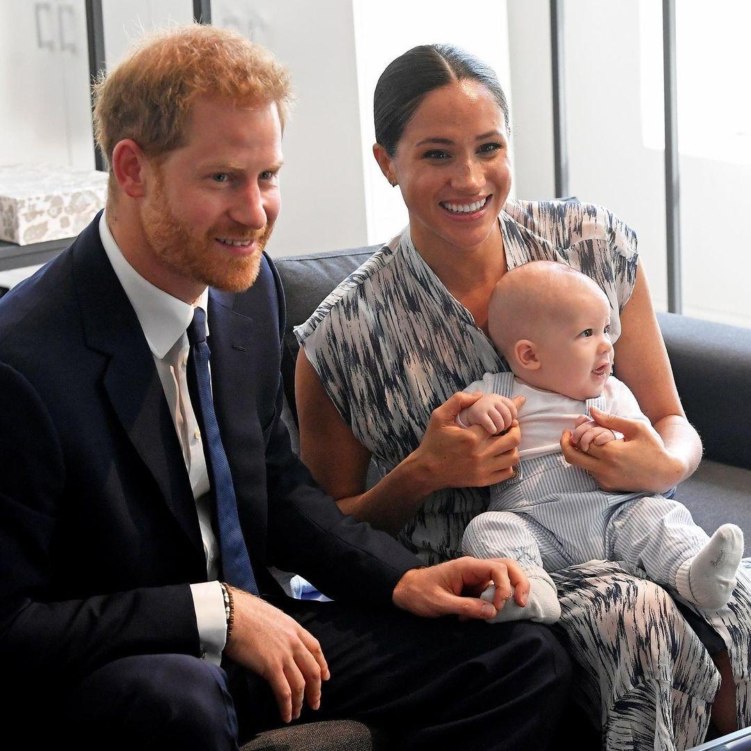 как королевская семья поздравила меган и гарри с рождением дочери