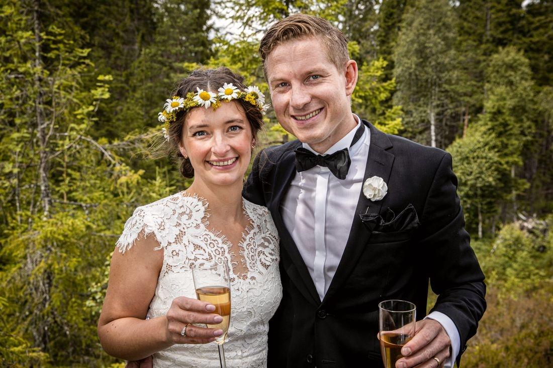 Любовь победит все! Скандинавская пара поженилась на границе Норвегии и Швеции из-за COVID-19 - фото №1
