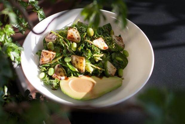 Зеленый салат с авокадо и двумя соусами