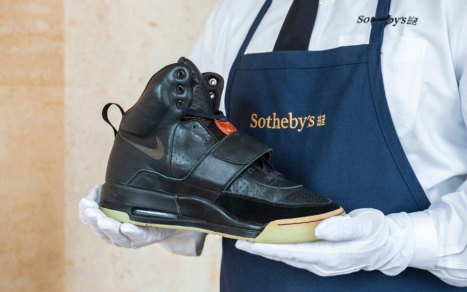 Рекорд: кроссовки Канье Уэста продали на аукционе за 1,8 миллион долларов - фото №1