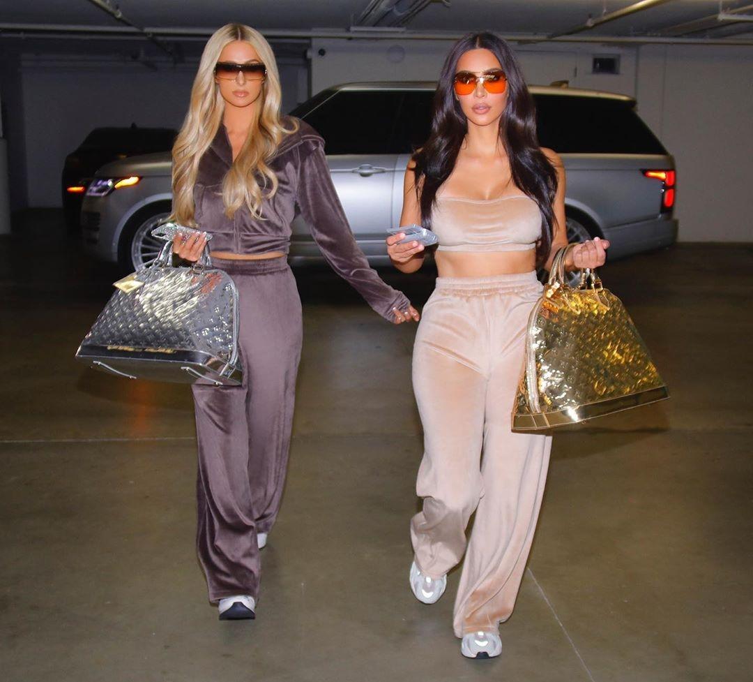 Ким Кардашьян и Пэрис Хилтон велюровые костюмы