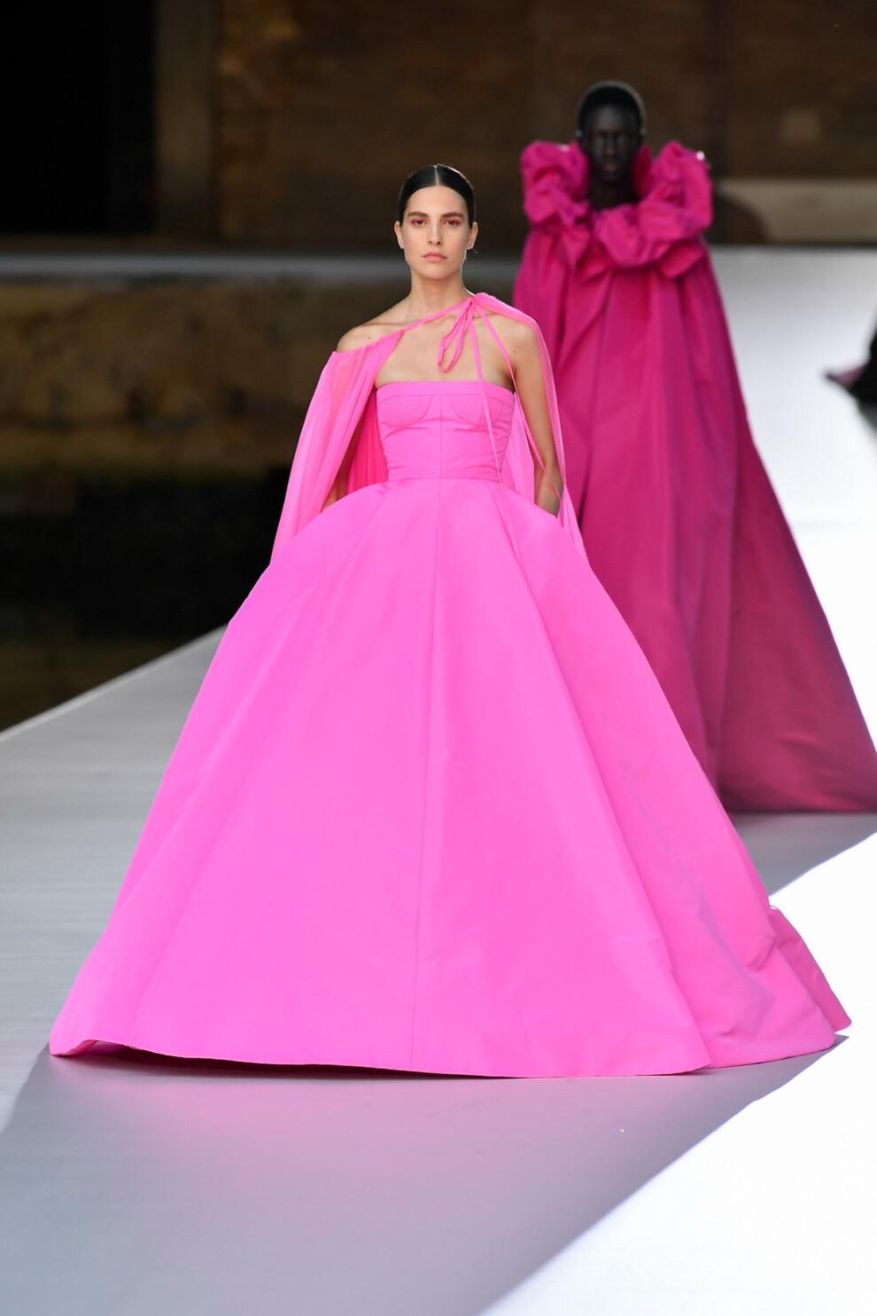 Шляпы с перьями и много цвета в новой коллекции Valentino Haute Couture (ФОТО) - фото №7